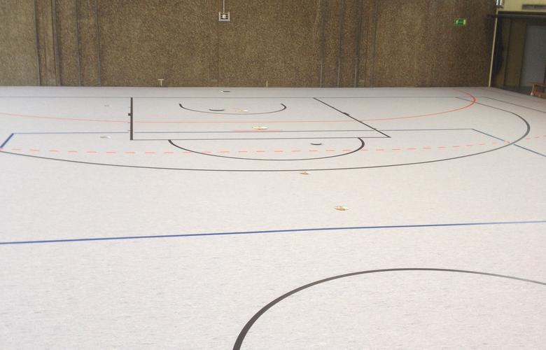Sportboden mit Markierungen
