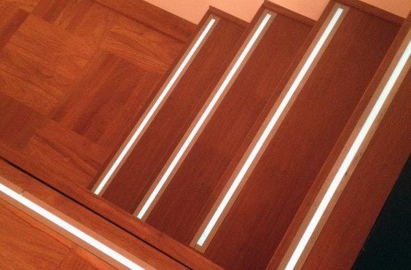 Massivholzstufen mit LED-Beleuchtung